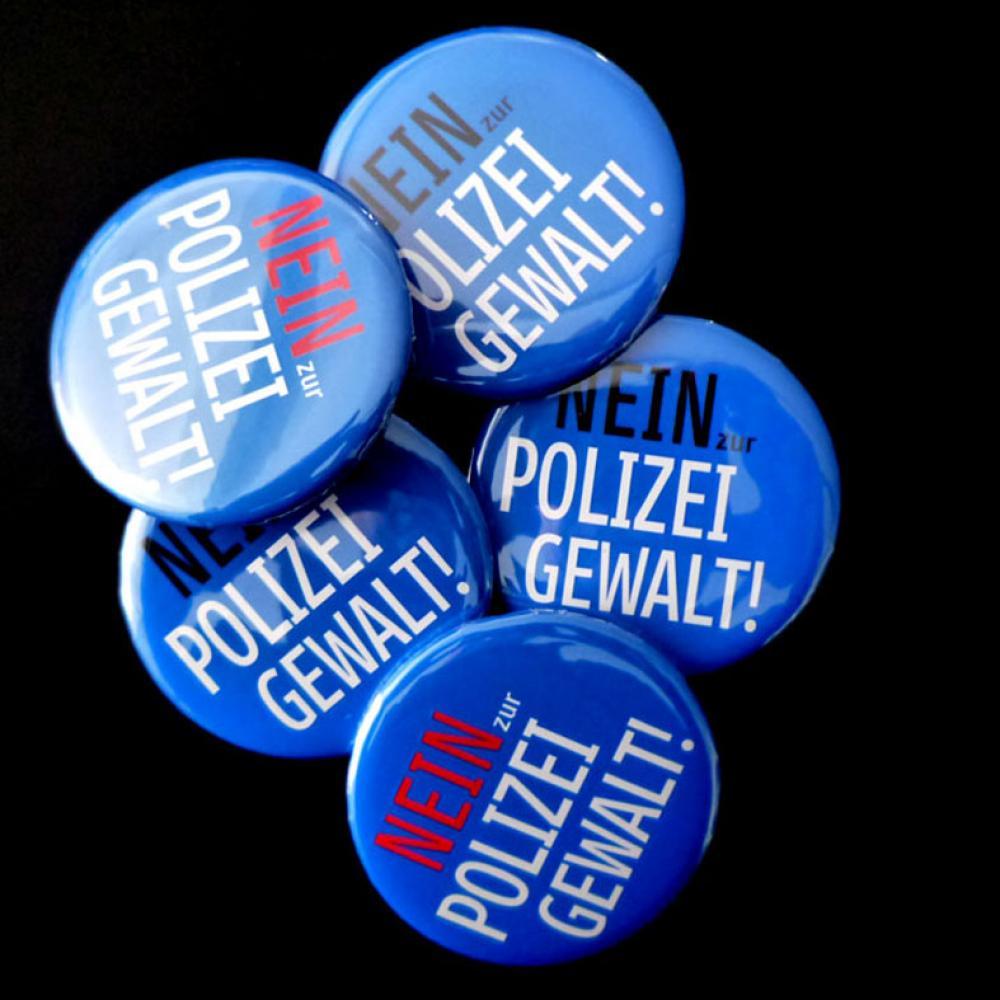 Button: NEIN zur Polizeigewalt! (blau)